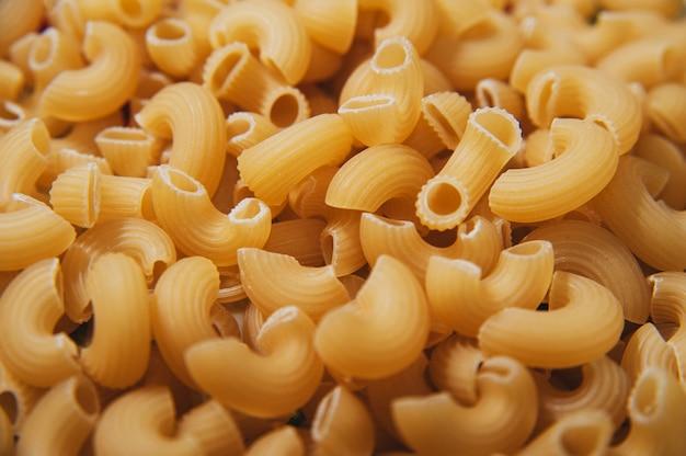 Makro- surowego żółtego rigati makaronu makro- powierzchnia. włoskie jedzenie