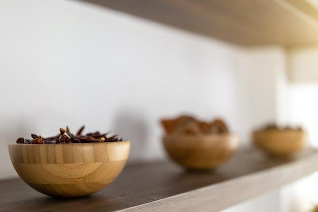 Makro suszonych chilli w filiżankach na półce