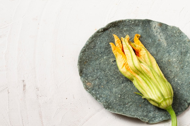 Makro suszonych kwiatów nad tortilla szpinakowa