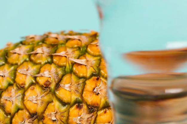 Makro szklankę wody i plasterek ananasa