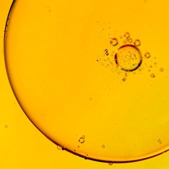 Makro tłuste bąbelki i kropelki w kolorowe tło wodne