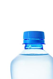 Makro zbliżenie szyjki niebieskiej plastikowej butelki z czystą wodą w pozycji poziomej, izolowanie na białym tle