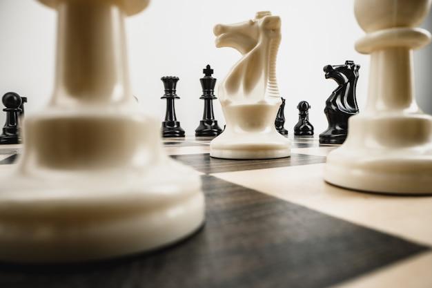 Makro zdjęcie szachy na drewnianej szachownicy