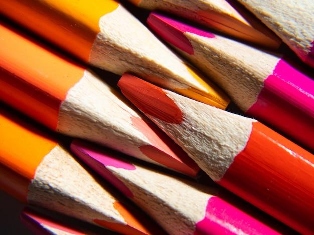 Makrofotografia kolorowych ołówków na białym tle. powrót do koncepcji szkoły
