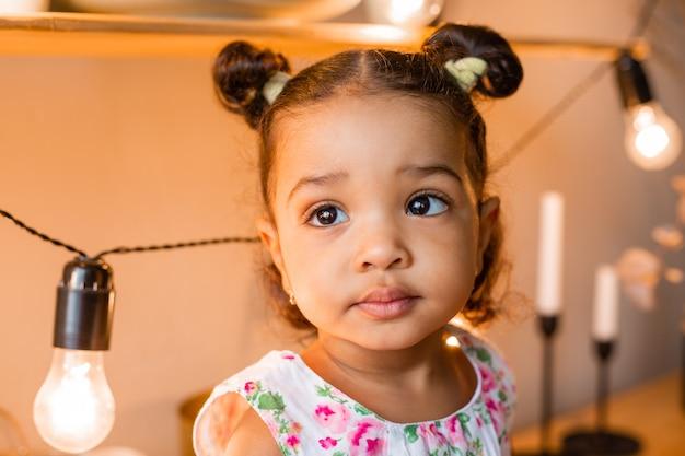 Mała afroamerykanin dziewczyna w kuchni w domu