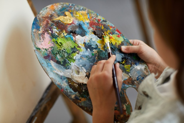 Mała artystka trzyma paletę