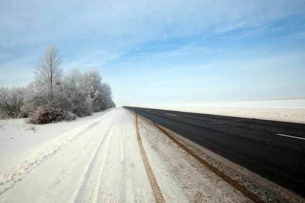 Mała asfaltowa droga. sezon zimowy