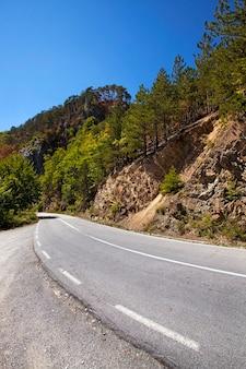 Mała asfaltowa droga w górach, czarnogóra