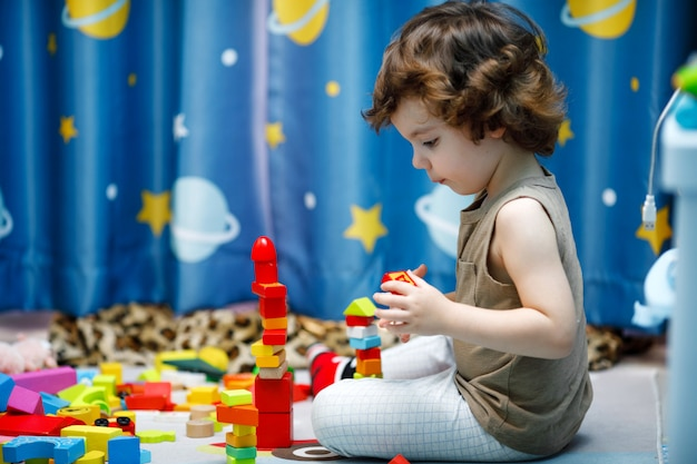 Mała autystyczna chłopiec bawić się z sześcianami w domu