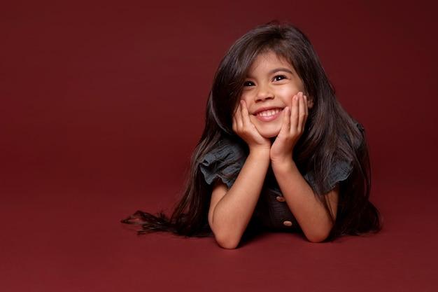 Mała azjatycka dziewczyna uśmiechnięta portret