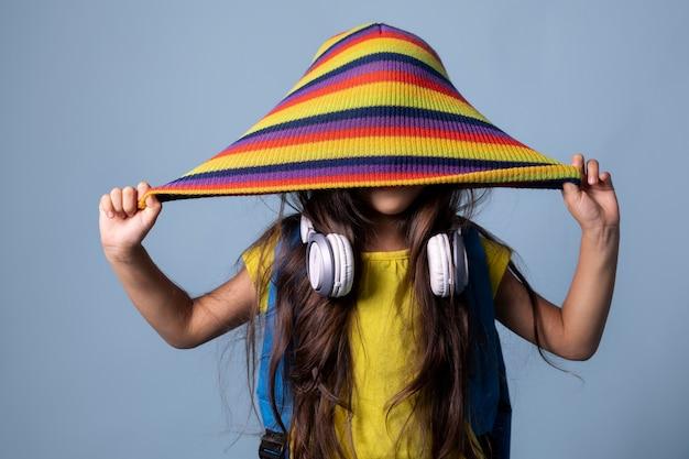 Mała azjatycka uczennica z portretem słuchawek