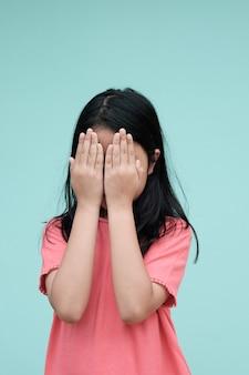 Mała azjatykcia dziewczyna zamykał jej twarz, nieśmiały, płacz.