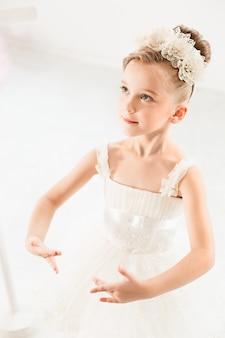 Mała baleriny dziewczyna w spódniczce baletnicy