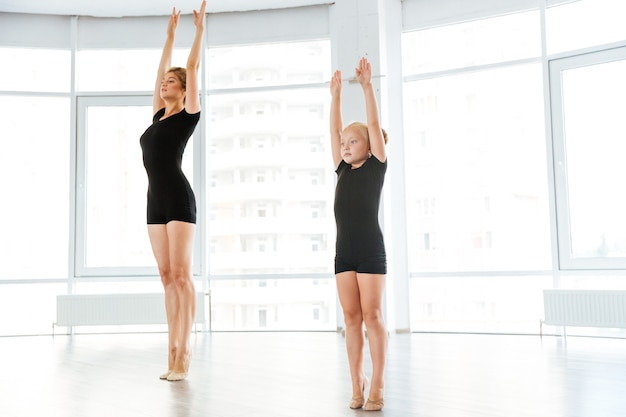 Mała baletnica o klasie z osobistym nauczycielem baletu w studio tańca