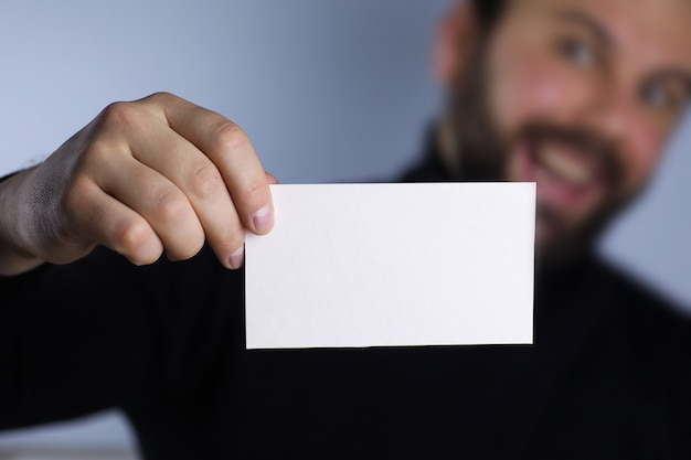 Mała biała kartka papieru w jego dłoni człowieku