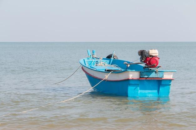Mała błękitna łódź na morzu