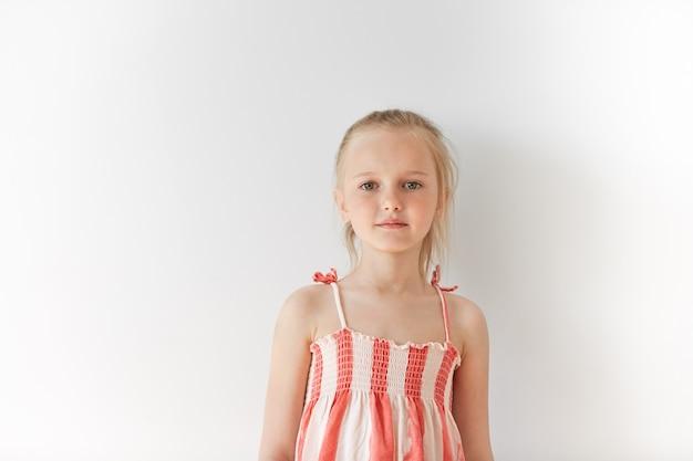 Mała blondynka na sobie sukienkę