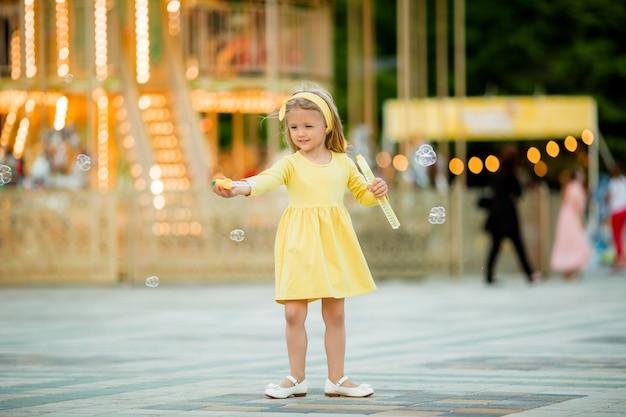 Mała blondynka w parku rozrywki