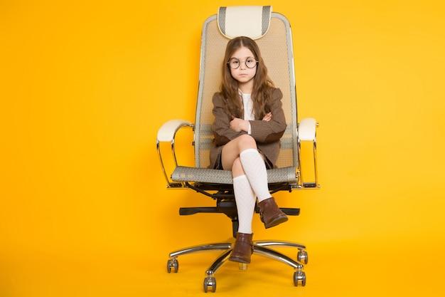 Mała brunetki dziewczyna w krześle