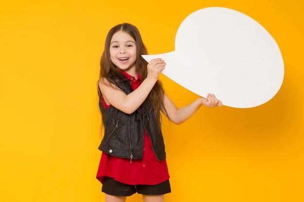 Mała brunetki dziewczyna z mowa bąblem