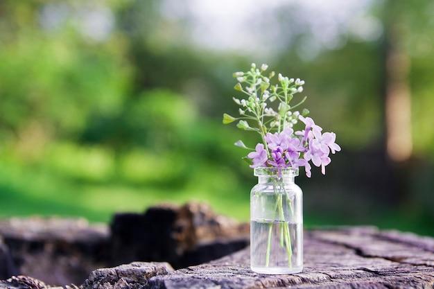Mała butelka z kwiatami