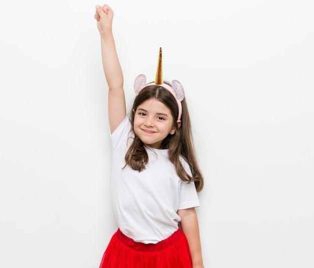 Mała caucasian dziewczyna z kostiumem i akcesoriami ma zabawę