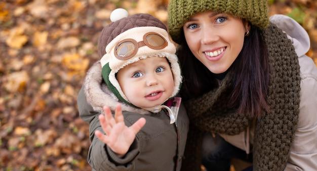 Mała chłopiec z jego matką w parku