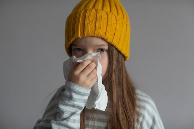 Mała chora dziewczynka ma chorobę wirusową