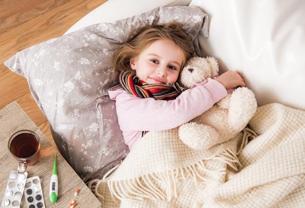 Mała chora dziewczynka śpi