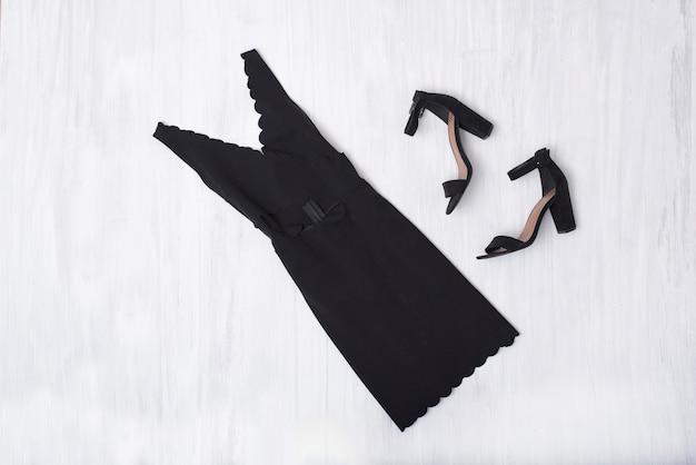 Mała czarna sukienka i buty na drewnianym