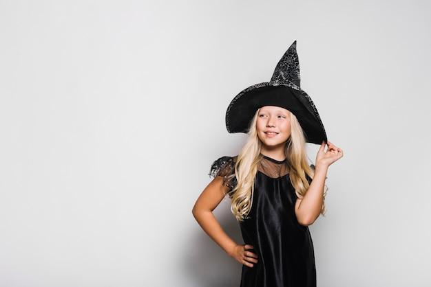 Mała czarownica odwracając wzrok