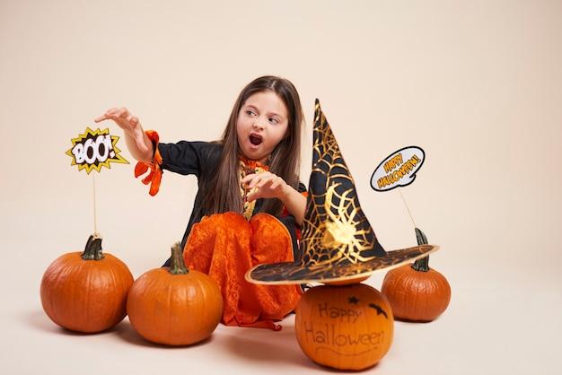 Mała czarownica z dynią halloween