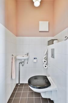 Mała czysta toaleta