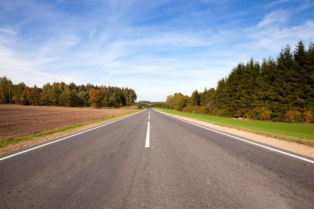 Mała droga asfaltowa w okresie letnim
