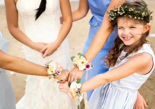 Mała druhna na ślubie na plaży