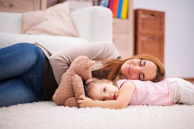 Mała drzemka w ciągu dnia dla zmęczonej mamy i dziecka