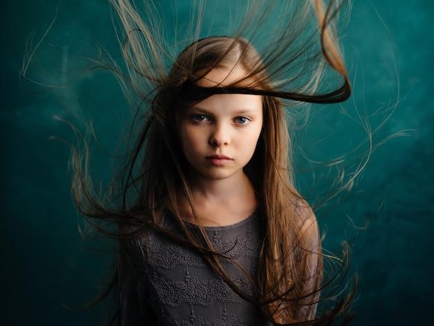 Mała dziewczynka atrakcyjny wygląd przycięty widok zielone tło