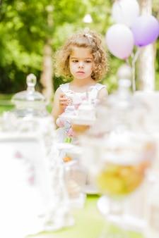 Mała dziewczynka bawi się na przyjęciu urodzinowym