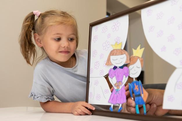 Mała dziewczynka bawi się swoimi lalkami w domu