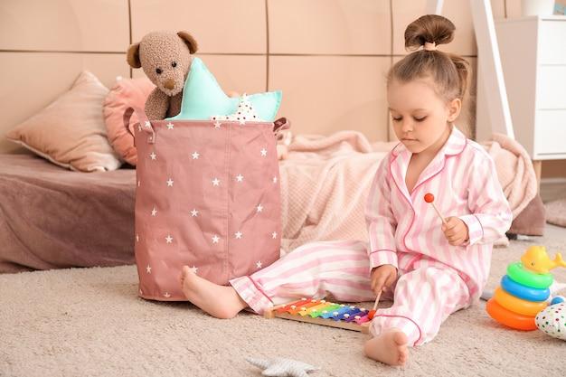 Mała dziewczynka bawi się w domu