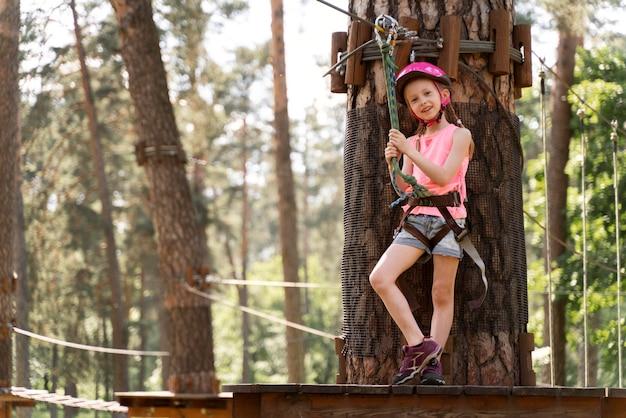 Mała dziewczynka bawi się w parku rozrywki