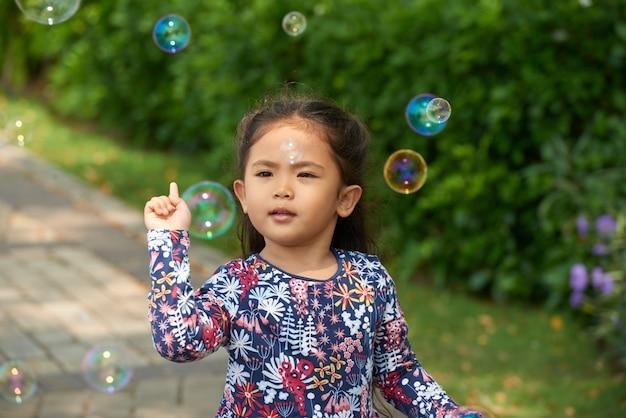 Mała dziewczynka bawić się na zewnątrz