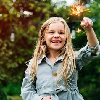 Mała Dziewczynka Bawić Się Outdoors Pojęcie Premium Zdjęcia