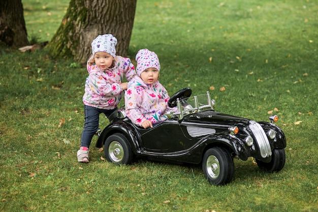 Mała dziewczynka bawić się przy samochodem