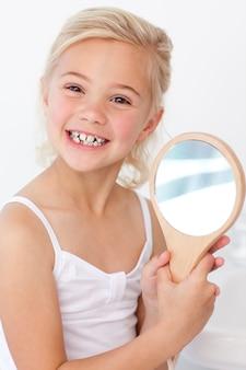 Mała dziewczynka bawić się trzymający lustro