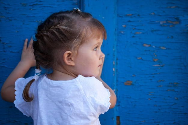 Mała dziewczynka bawić się w chowanego