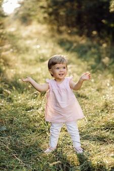 Mała dziewczynka bawić się w parku
