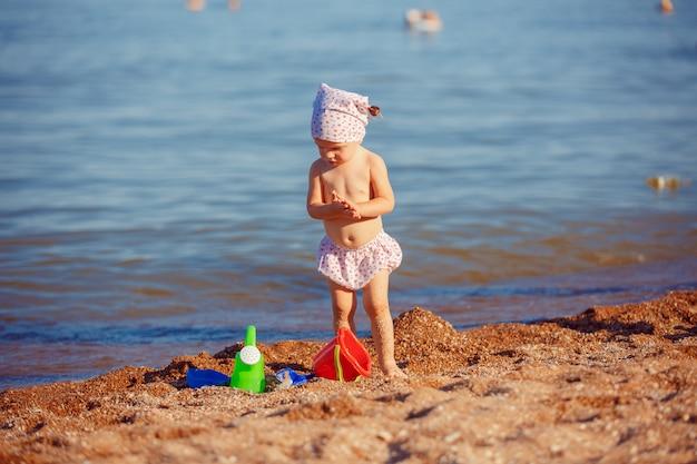 Mała dziewczynka bawić się w piasku