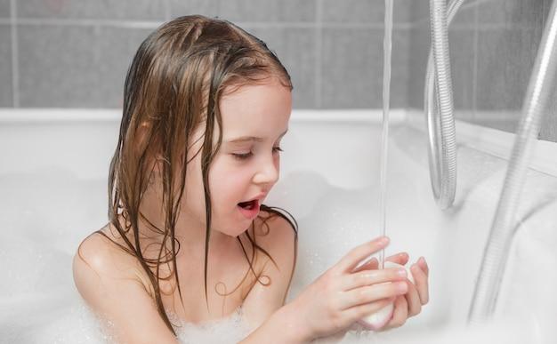 Mała dziewczynka bawić się w skąpaniu