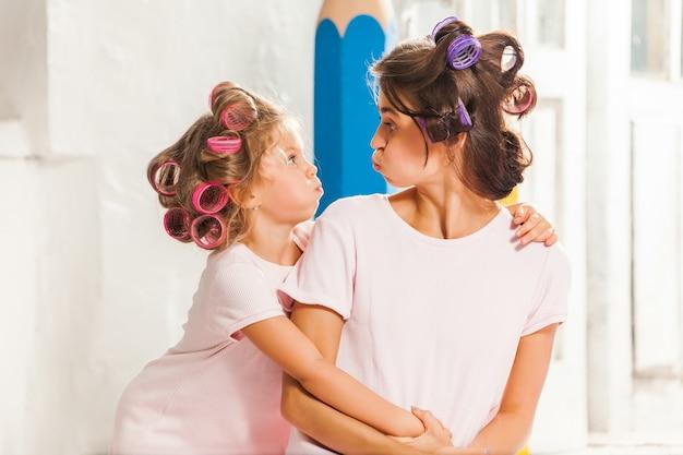 Mała dziewczynka bawić się z jej matką